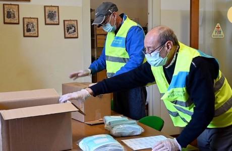 I volontari di Fiesole preparano le mascherine da consegnare a domicilio