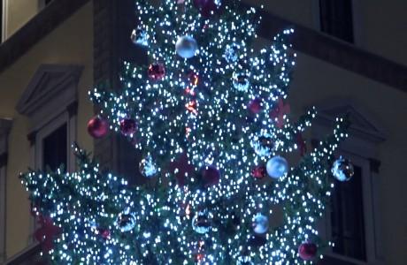 Natale a Firenze, la magia di presepi, alberi e luminarie nel centro storico